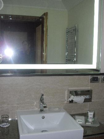 cuarto de baño de marmol - Picture of UNAHOTELS Deco Roma, Rome ...