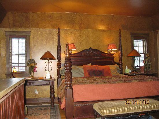 The Inn at Irish Hollow: Our comfy room with fireplace