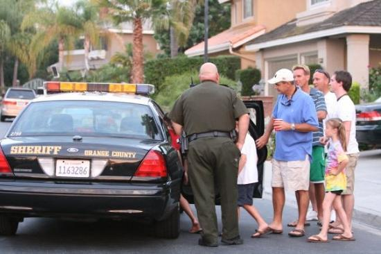 Mission Viejo, Καλιφόρνια: It's not a party till the cops show up! Look how the kids all willingly get in the car! hehehe