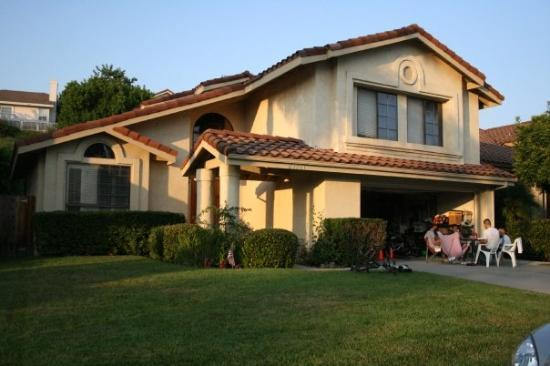 Mission Viejo, Kaliforniya: Our cute little house in Mission V and my kids playing Monopoly in the driveway.
