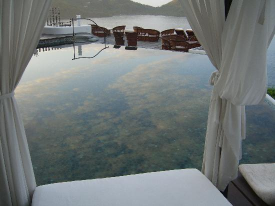 Tentaciones Hotel: Morning reflections in pool