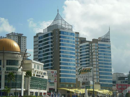 Grand Borneo Hotel: Hotel from the outside