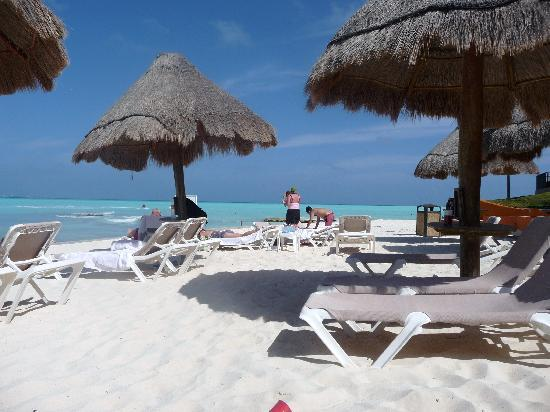 Fiesta Americana Villas Cancun: The other direction shot of the beach