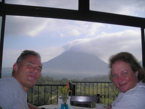 Loma Linda Restaurant: We had breakfast with the volcano in the background.  There was a river running nearby so we cou