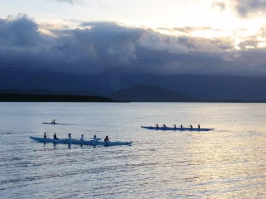 Port Douglas, Australie : Picture of the rowing team. They come out at this time every day for practice.
