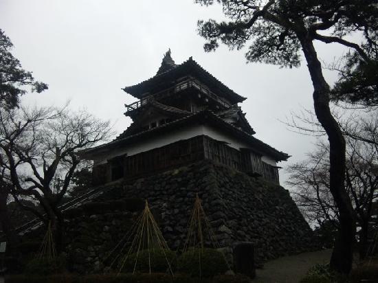 Maruoka Castle: 雨に濡れた古城