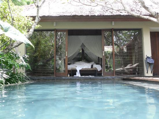 Kayumanis Nusa Dua Private Villa & Spa: 1,2m from bed to pool.