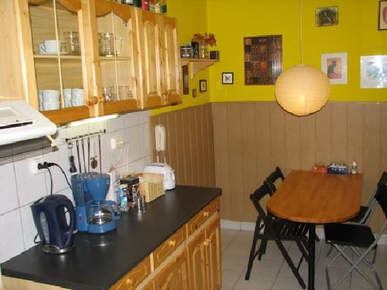 7x24 Central Hostel: Well equipped kitchen with oven