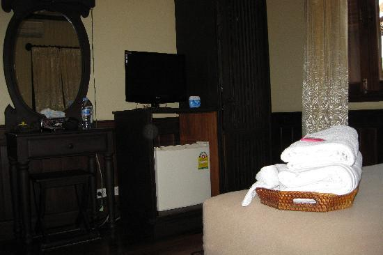 Hoxieng Guesthouse 1: Well furnished room.