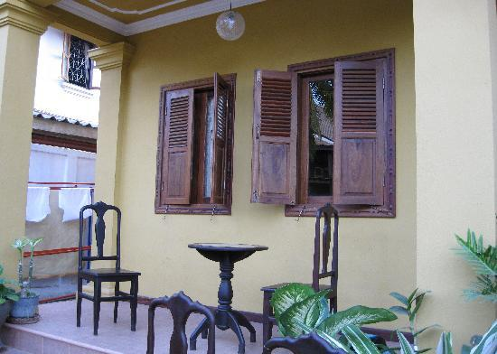 Hoxieng Guesthouse 1: Sitting area just outside our room.