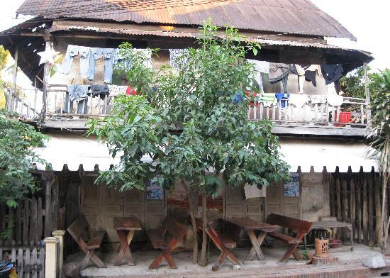Hoxieng Guesthouse 1 : View across the laneway.