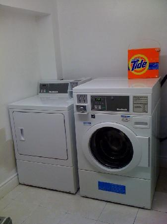 Super 8 Cambridge: Guest  Laundry