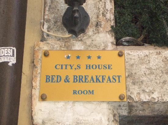 City's House B&B: Plaque marking door to B&B