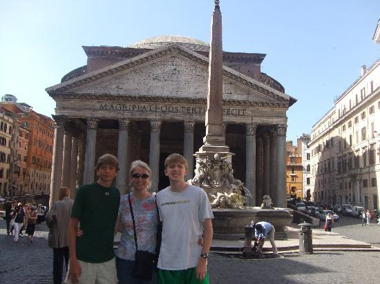 City's House B&B: Pantheon is just about 100 yards away - amazing!