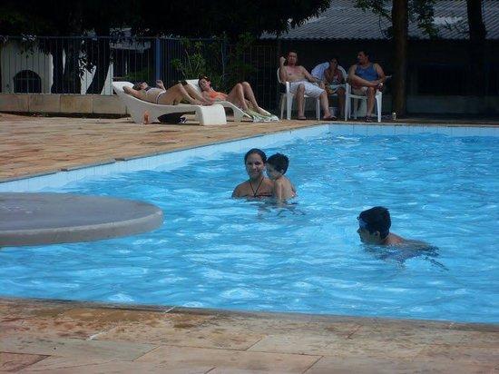 Royal Iguassu Hotel: Mi esposa y mi hijo en la pileta