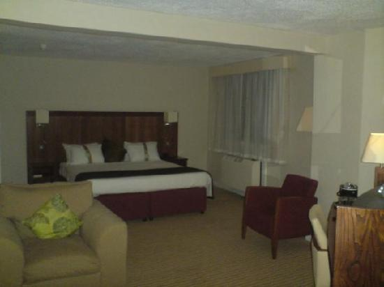 Holiday Inn Northampton: Looks dark in photo, but it wasn't really! It had dimmed, welcoming lights. Note the good size t