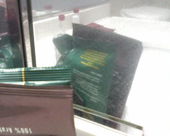 فور بوينتس باي شيراتون مينيابوليس إربورت: Coffee packets and mirror covered with white film