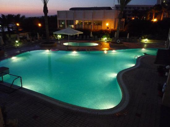 St. George Gardens Hotel Suites : By night