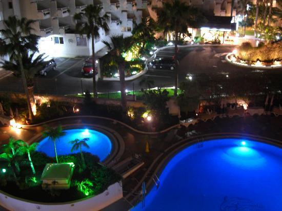 Palm Beach Tenerife : Pool looks quite spectacular at night...