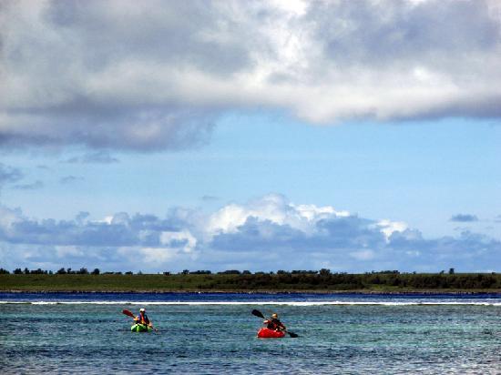 Pacific Islands Club Saipan: PIC前の海岸に浮かぶカヤック