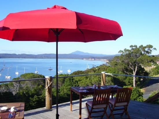 Snug Cove Bed and Breakfast: Breakfast on The deck