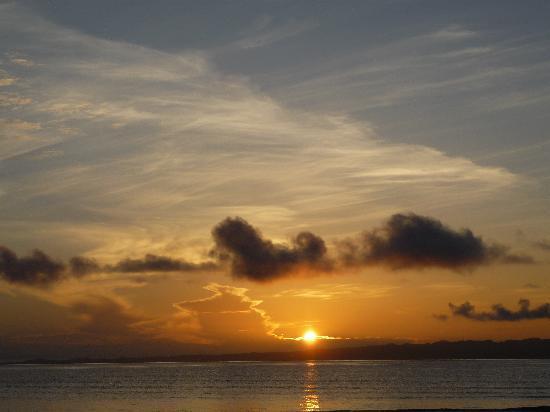 Casa Bambu Resort : Sunrise on the beach out front.