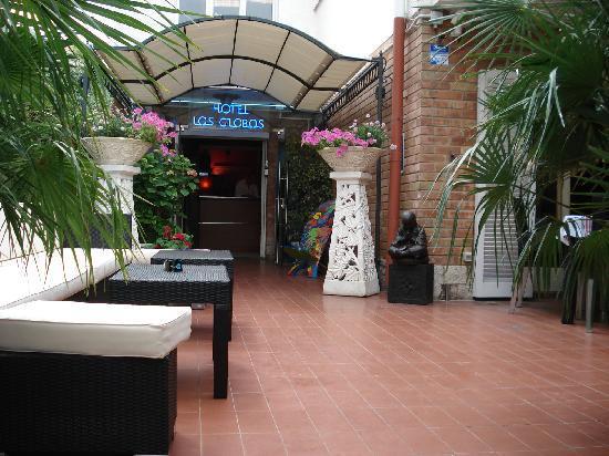 Hotel Los Globos: entrance los globos sitges
