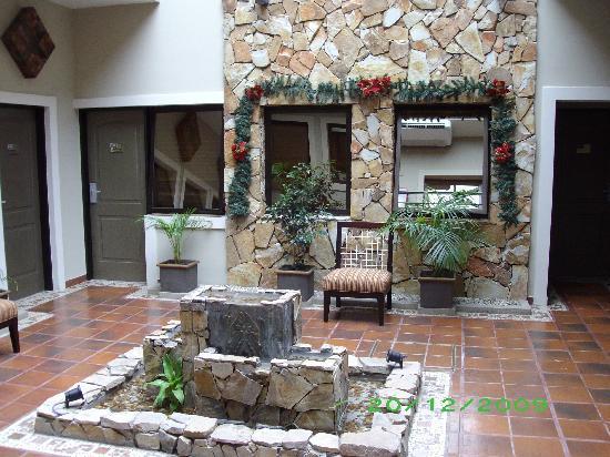 Foto de hotel patios de lerma salta patio interno for Imagenes de patios modernos