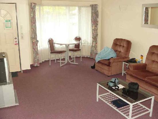 White Heron Motor Lodge: Wohnbereich