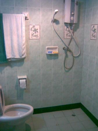 Veerachai Court: Bathroom and shower
