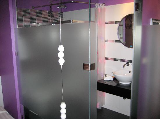 Glitz Bangkok Hotel: Never stayed anywhere before with a bathroom like this!