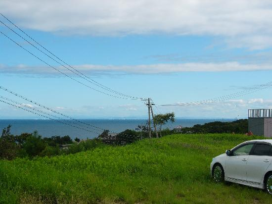 Petit Hotel Miyuki: 駐車場から見えた海