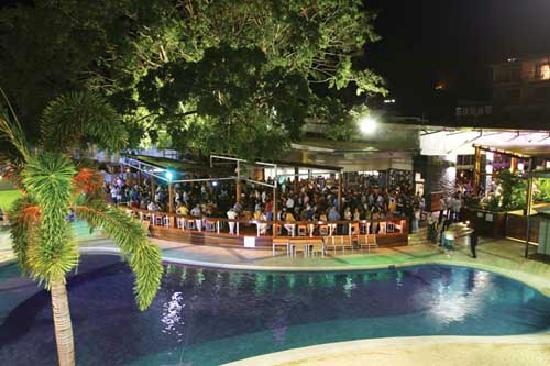 Gilligans Backpackers Hotel & Resort: Back Deck at Night