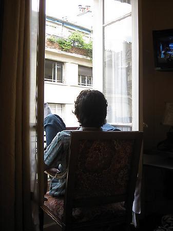 Hôtel Médéric : relaxing by the window