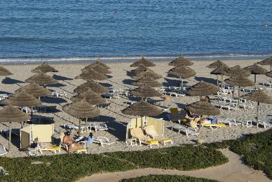 Radisson Blu Ulysse Resort & Thalasso Djerba: Der Strand mit sehr bequemen Liegen und Handtüchern