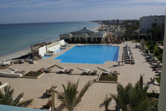 Radisson Blu Ulysse Resort & Thalasso Djerba: von unserem Balkon auf die Poolanlage mit Restaurant