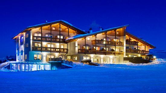Hotel Santner Alpine Sport & Relax: Außenansicht am Abend