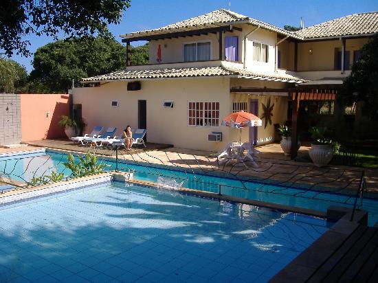 Pousada Aguas Claras Buzios: piscina, la posada desde el jardin