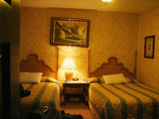 Santa Paula, Kaliforniya: Twin Queen bed room.