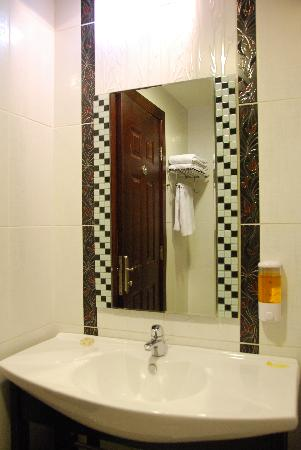 Retaj Hotel: Bathroom.2
