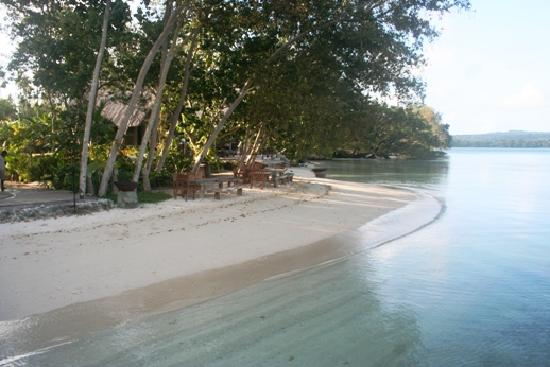 Ratua Private Island: Main beach in front of watersports area