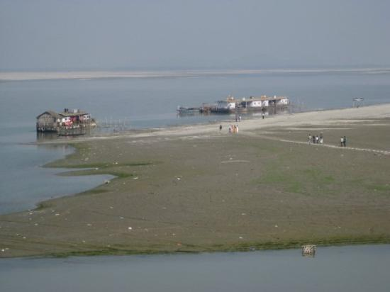 Guwahati, India: Low tide in the river