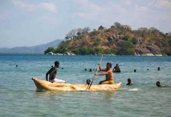 Mangochi, Malawi : Aprendiendo a remar canoas.