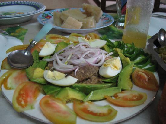 Pointe Noire, Republik Kongo: une salade d´un repas de famille