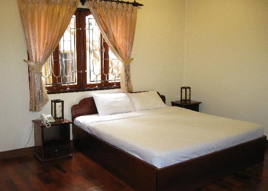 Souphaphone Guesthouse: Huge bed and great comfortable mattress.