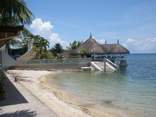 Dalaguete, Filipinas: beach and outside restaurant