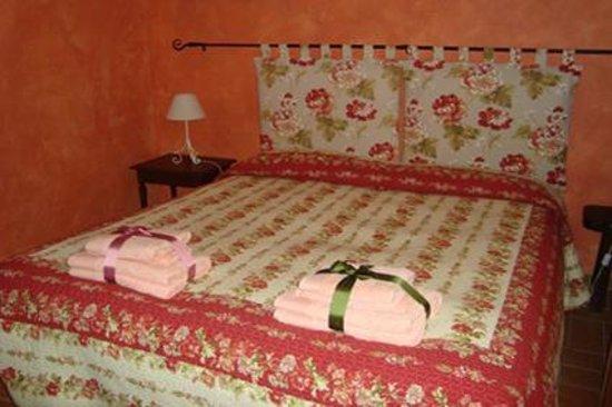 B&B Parma Antica Cascina San Geminiano: camera di charme arredata con cura