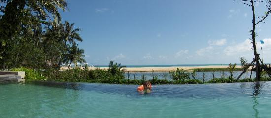 Zara Beach Resort: Panoramic view from the pool (with my daughter..)