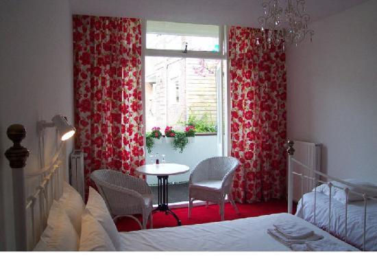 Bed and Breakfast Amsterdam: Double room with private bathroom overlooking the inner gardens