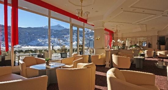 Belvedere Swiss Quality Hotel: Lobby with fireplace and panorama windows